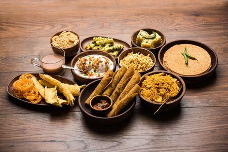 Gruppe von Gujarati-Snacks wie Jalebi-Fafda, Thepla, Khaman Dhokla, Aloo Bhujiya, Khandvi, Khakra, Dahi Vada, Gathiya mit heißem Tee
