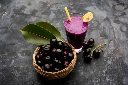 Jus de fruit jamun dans un verre également appelé prune de java, prune de jambolan, jambhul, syzygium cumini