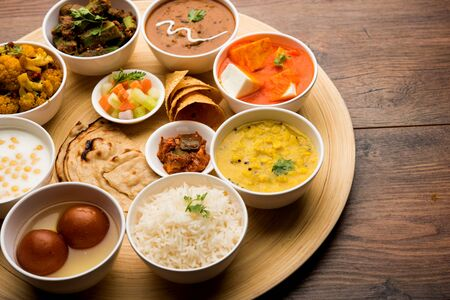 Indian Hindu Veg Thali / Essensplatte, selektiver Fokus