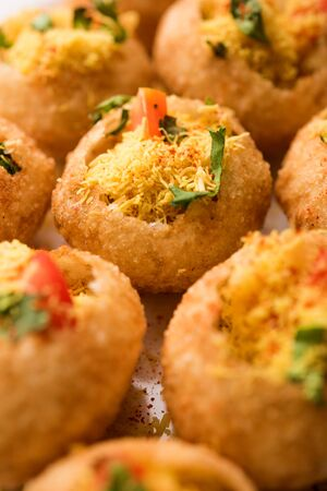 Sev puri - Indian snack and a type of chaat. Popular in Mumbai/pune from Maharashtra. it's a roadside food also served as a starter in restaurants 免版税图像