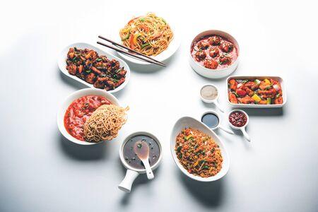 Un assortiment de plats indo-chinois en groupe comprend des nouilles hakka Schezwan/Szechuan, du riz frit aux légumes, du manchurian aux légumes, du chop suey américain, du paneer au piment, des légumes croustillants et de la soupe aux légumes Banque d'images