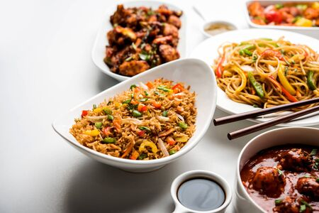 Assorted Indo chinese dishes in group includes Schezwan/Szechuan hakka noodles, veg fried rice, veg manchurian, american chop suey, chilli paneer, crispy vegetable and vegetable soup Imagens - 127154684
