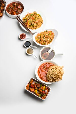 Verschiedene indo-chinesische Gerichte in der Gruppe umfassen Schezwan/Szechuan-Hakka-Nudeln, gebratener Gemüsereis, Gemüsemandschurei, amerikanisches Chop Suey, Chili Paneer, knusprige Gemüse- und Gemüsesuppe