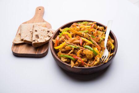 Übrig gebliebene Chapati-Nudeln, auch bekannt als Fodnichi Holi oder Upma, sind ein großartiger Ersatz für traditionelle ungesunde Nudeln für Kinder, selektiver Fokus