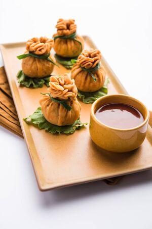 Potli Samosa croccanti o sacchetti di denaro vegetariano sono deliziosi snack indiani di aloo speziato e verdure miste o carne / kheema ripieni di pasta sfoglia. Archivio Fotografico
