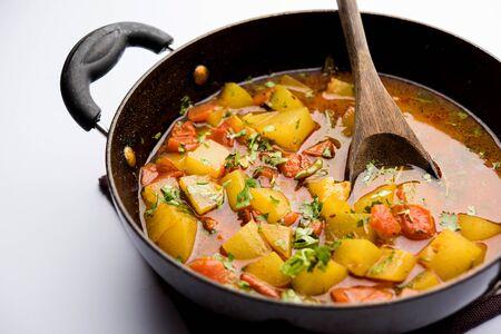 Lauki / doodhi ki Sabji también conocido como curry de calabaza de botella. servido en un tazón o karahi. enfoque selectivo Foto de archivo