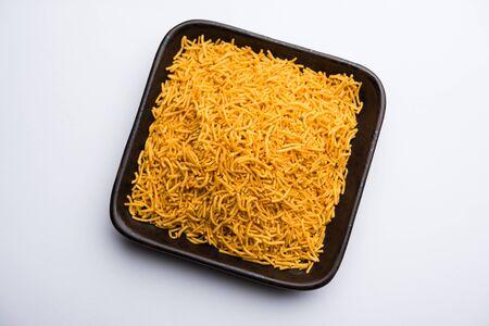 Aloo Bhujiya o Potato Bhujia también conocido como Namkeen sev. Receta popular de Bikaneri servida en un tazón o plato. enfoque selectivo