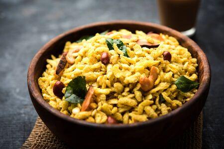 Jada Poha Namkeen Chivda / Thick Pohe Chiwda ist ein Glas-Snack mit einer Mischung aus süßen, salzigen und nussigen Aromen, selektiver Fokus