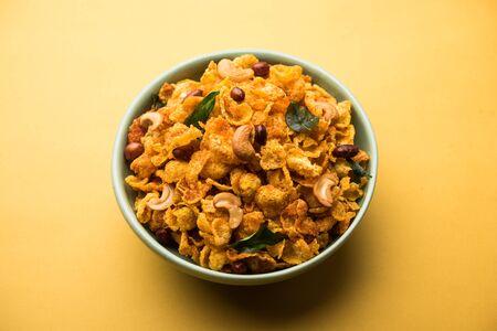 Cornflake Chivda oder Corn Chiwda mit Erdnüssen und Cashew beladen. In einer Schüssel serviert. selektiver Fokus