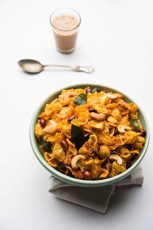Cornflake Chivda o Corn Chiwda cargado con maní y anacardos. Servido en un bol. enfoque selectivo