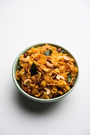 Cornflake Chivda oder Corn Chiwda mit Erdnüssen und Cashew beladen. In einer Schüssel serviert. selektiver Fokus Standard-Bild