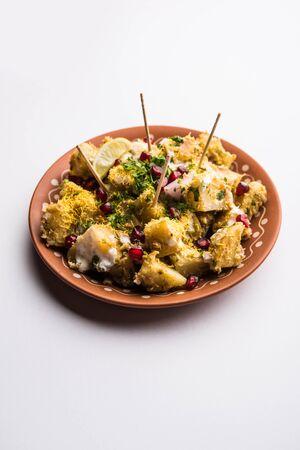 Aloo chaat ou Alu chat est un aliment de rue populaire originaire du sous-continent indien, en particulier du nord de l'Inde. c'est une recette de cuisine facile.