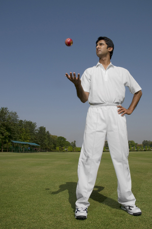 Bowler tossing a ball LANG_EVOIMAGES