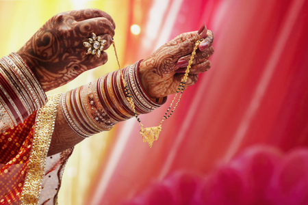 Close-up of a Brides hand holding mangal sutra LANG_EVOIMAGES