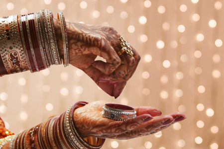 Close-up of a Brides hand holding container of sindoor LANG_EVOIMAGES