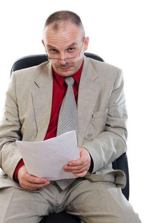 interrogativa: El empresario interrogatively ve en una foto Foto de archivo
