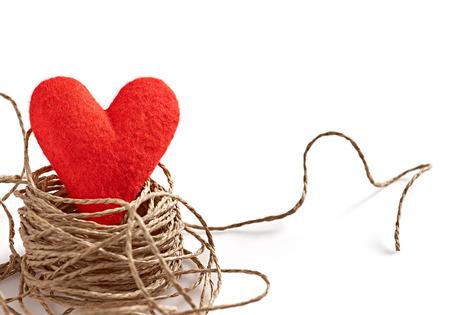 Valentijnsdag. Voelde rode handgemaakte hart in nest van touw