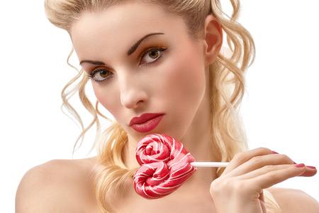 nude young: Гламурный портрет девушки с сердцем сладкие конфеты большой леденец. Закалывать, марочные стиль