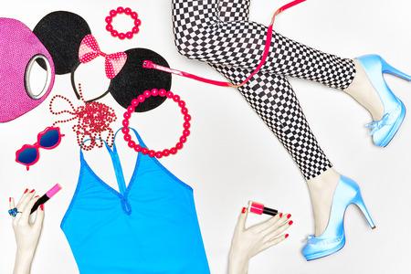 Dames sexy slanke benen in zwart-wit leggings en trendy shoes.Many felroze disco accessoires, glamour top voor party look. Bij meisjes handen mascara, nagellak. Set van stijlvolle modieuze kleding