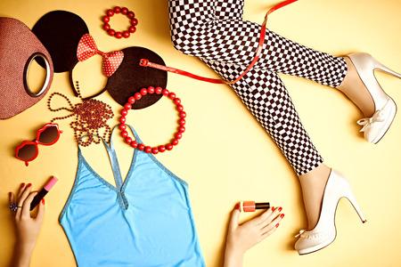 tacones rojos: Womans sexy piernas delgadas en blanco y leggings negros y brillantes accesorios shoes.Many moda discoteca rosa, top glamour de look de fiesta. En manos de las niñas rimel, esmalte de uñas. Conjunto de ropa de moda con estilo Foto de archivo
