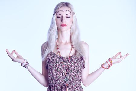 mujer hippie: Retrato de mujer rubia boho medita con los ojos cerrados, copia espacio, tonificado. Chica hippie atractiva en vestido de verano floral disfrutando de relajación y armonía. Joven mujer feliz haciendo yoga sonriendo. Estilo romántico