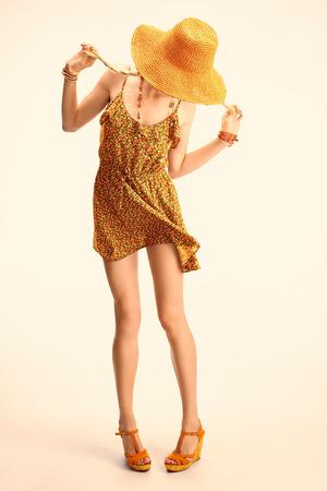 Uroda zabawny boho szczupła modelka kobieta w pomarańczowy kapelusz, romantyczny styl. Hippie młodych radosne z blond warkoczykami dziewczyna w kwiatowy mody sukienkę szczęśliwy, korzystających, zabawy. Wygląd Lato. Copyspace, stonowana
