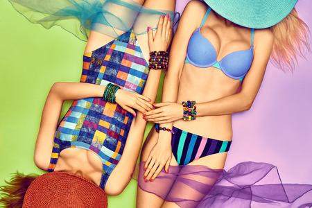 lesbienne: Beaut� corps de femme sexy en maillot de bain � la mode, les amis. Jeunes Vivid plage inhabituelle de look. Filles provocantes tann�es mince, belle couple de lesbiennes. Vue d'en haut, tonique. Vacances d'�t�, vacances de la mer, espace de copie
