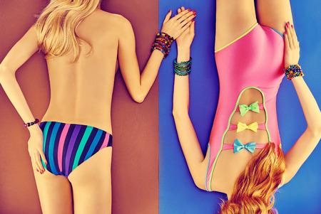 lesbienne: Beaut� corps de femme sexy en maillot de bain � la mode, les amis. Vivid jeunes cr�ateurs plage inhabituelle look. Filles provocantes tann�es, beau couple de lesbiennes. Vue d'en haut, tonique. �t�, vacances de la mer, espace de copie