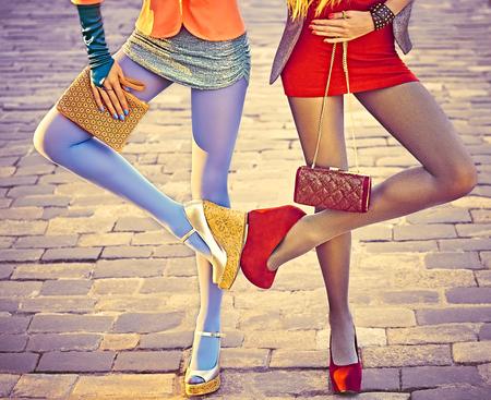 Moda miejska ludzie pi?kno, przyjaci�?, na zewn?trz. Kobiet sexy nogi, rajstopy, stylowe buty, sprz?g?a. Figlarny hipster dziewczyny w modnych sukienek na kostki brukowej, kreatywne niezwyk?e pozy. ?ywe disco party Zdjęcie Seryjne