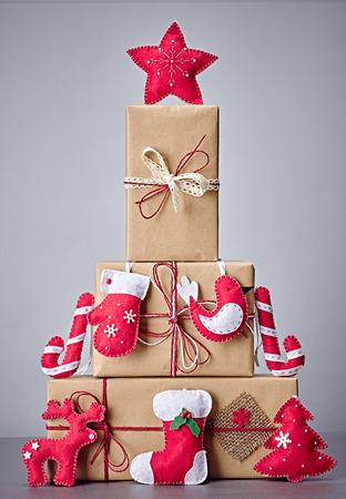 Geschenkdozen als dennenboom. Kerstmis, snoep riet herten kous en ster. Kraftpapier strikken linten kant. Feestelijke creatieve Nieuwjaar. Retro, vintage, wenskaart, partij decoratie met de hand gemaakt, close-up