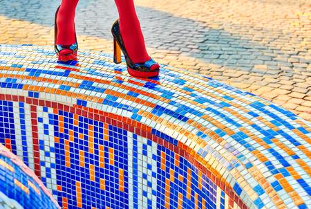 pantimedias: Las mujeres urbanas de moda sexy piernas, pantimedias, tacones elegantes, personas. Patrón brillante Vivid geometría multicolor cuadrado. Inusual, abstracción surrealismo. La muchacha en zapatos de moda, mosaico creativo, al aire libre