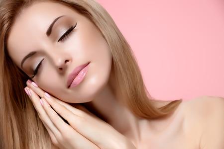 modelo desnuda: Mujer de la belleza del retrato con los ojos cerrados, durmiendo. Sensual atractivo bastante desnuda modelo rubia soñando en rosa, pelo liso y brillante. Las personas se enfrentan a close-up, maquillaje natural, una piel perfecta, copyspace