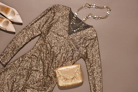 Moda ubrania stylowy zestaw, niebieski cekinami ubrania i akcesoria. Glamour twórcze, modne złote błyszczące sprzęgło, naszyjniki, luksusowe buty pięty. Niezwykłe elegancki styl wieczorne party, copyspace