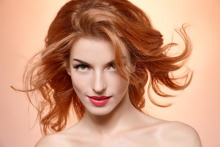modelos desnudas: Retrato de la belleza mujer desnuda, pestañas largas, piel perfecta, maquillaje natural, la moda. Sensual atractiva bonita pelirroja chica sexy modelo en rosa, pelo liso y brillante. Las personas se enfrentan a close-up, spa, copyspace