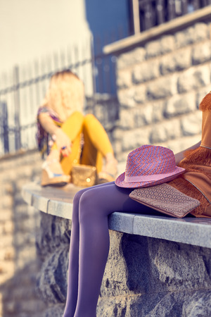 medias veladas: Moda urbana de belleza personas amigos, outdoor.Womens piernas atractivas, medias, zapatos elegantes, pastrulitas clutches.Playful en la pared dresses.Stone moda Background.Creative inusual. el estilo de vida del partido Vivid