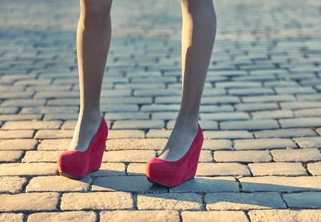 pantimedias: Moda, Belleza urbanas, al aire libre. Para mujer sexy piernas, medias, zapatos de moda con estilo. Muchacha juguetona inconformista del encanto en piedra de pavimentación, día soleado, creativo pose.Vivid inusual discoteca estilo de vida