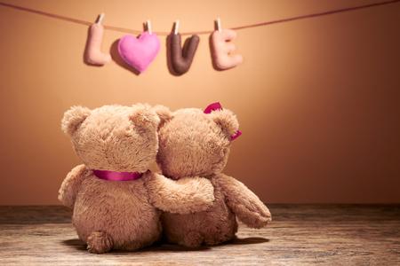 バレンタインの日。言葉愛の心。ハグ、抱擁でカップル テディベアの日します。手作り。ヴィンテージ レトロなロマンチックなスタイル。木材、バ