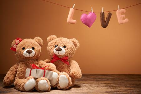 oso de peluche: Día de San Valentín. Corazón Amor de la palabra. Pareja osos de peluche en el abrazo, abrazos, fecha. Hecho a mano. Estilo romántico retro vintage. Tarjeta de felicitación creativa inusual en la madera, vainilla. Familia, la boda y la amistad