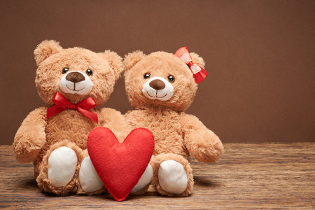 oso: Día de San Valentín. Amor corazon. Pareja de osos de peluche en el abrazo, abrazos. corazón rojo hecho a mano, cinta, arco. Tarjeta de la vendimia retro romántico style.Unusual creativa saludo en la madera. La familia, la boda y la amistad