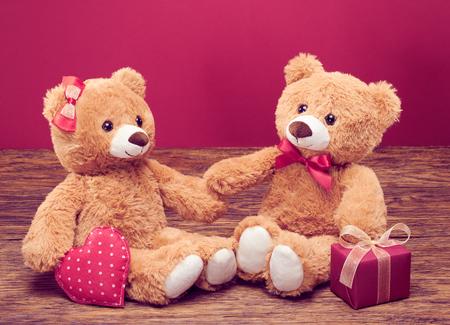 Valentijnsdag. Liefde hart. Paar Teddy Bears liefdevolle, datum. Handgemaakte roze hart, lint, geschenkdoos. Vintage retro romantische stijl. Ongebruikelijke creatieve wenskaart op hout. Familie, huwelijk en vriendschap Stockfoto