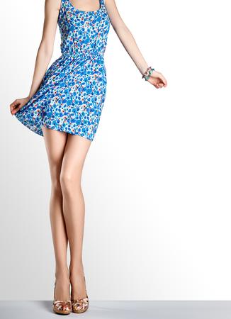 패션 드레스와 하이 힐 여자입니다. 완벽 한 여성 섹시 한 긴 다리, 세련 된 파란 꽃 sundress 및 여름 매력적인 신발. 특이 한 창조적 인 우아한 옷, 사람