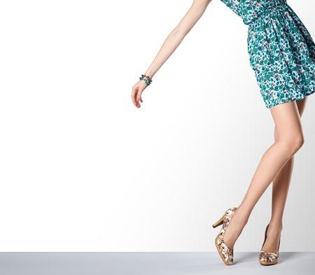 ファッションのドレスとハイヒールの女性。完璧な女性セクシーな長い脚、スタイリッシュな緑花サンドレスと夏の魅力の靴。異常な創造的なエレ