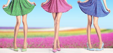 여자 패션 드레스와 하이 힐에서 긴 다리. 세련 된 화려한 치마와 꽃 필드에 여름 매력적인 신발에서 완벽 한 여성 섹시 한 다리. 특이한 창조적 인 우