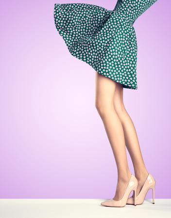 패션 드레스, 하이힐 여자 긴 다리. 완벽 한 여성 섹시한 다리, 보라색에 세련된 파란색 치마와 여름 매력적인 신발. 특이한 창조적 인 우아한 도보 밖 스톡 콘텐츠
