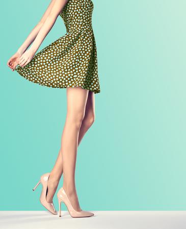 패션 빈티지 드레스와 하이 힐 여자. 완벽 한 여성 섹시 긴 다리, 세련된 녹색 치마와 여름 매력적인 신발입니다. 특이 창조적 인 우아한 산책 밖으로