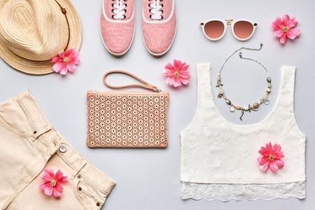 Street Style. Summer Fashion meisje kleding set, accessoires. Trendy zonnebril, gumshoes, kant top, handtas koppeling, ketting hoed en bloemen. Romantische dame. Creatieve stedelijke overhead, bovenaanzicht op grijs