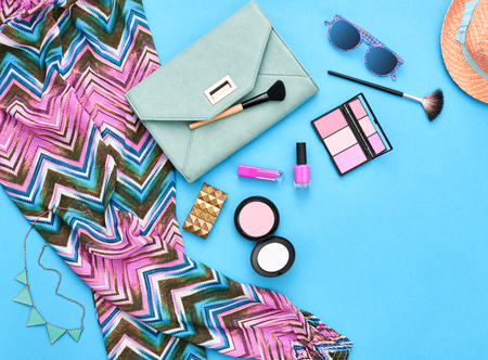 Fashion stijlvolle kleding, cosmetica, make-up accessoires set. Urban zomer meisje kleurrijke outfit. Stijlvolle handtas clutch, trendy broek, ketting zonnebril. Vrouw essentials. Ongebruikelijke overhead, bovenaanzicht.