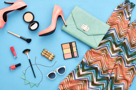 패션 유행 옷, 화장품, 메이크업 액세서리. 도시 여름 소녀 다채로운 복장입니다. 세련된 매력 발 뒤꿈치, 핸드백 클러치, 트렌디 한 바지, 목걸이 선글