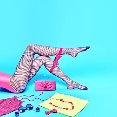 Modne ubrania Akcesoria Stylowy zestaw. Womans sexy nogi w modnych rajstop. Essentials Luksusowe zabawy. Lato Outfit. Glamour girl, r�?owy top mody, sprz?g?o, modne okulary. Niezwyk?e tw�rcze. Zdjęcie Seryjne