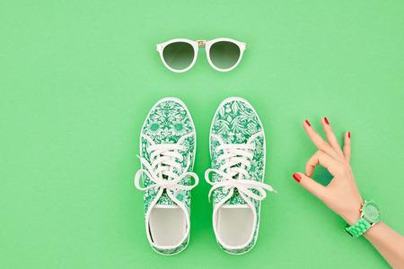 유행. 의류 액세서리 패션 세트. 여성 손 OK 제스처 및 유행 유행 gumshoes, 글 래 머 선글라스. 여름 패션 소녀 복장, 액세서리입니다. 힙 스터 에센셜. 최 스톡 콘텐츠